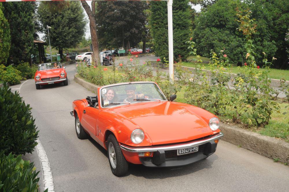 Team Building Verona accompagna Candy Hoover in un tour in auto d'epoca sul Lago di Garda